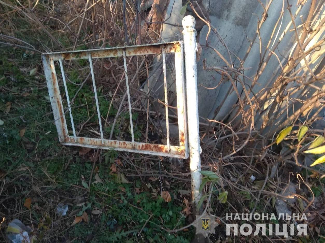 Под Харьковом вандал похитил ограду с могилы на кладбище, - ФОТО, фото-2