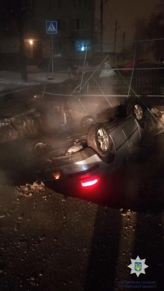 Ремонт теплосетей в Харькове. В разрытую яму провалился второй автомобиль, - ФОТО, фото-1