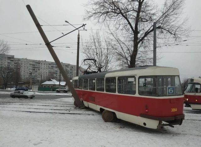 На Салтовке трамвай с пассажирами сошел с рельсов и снес столб, - ФОТО, фото-1