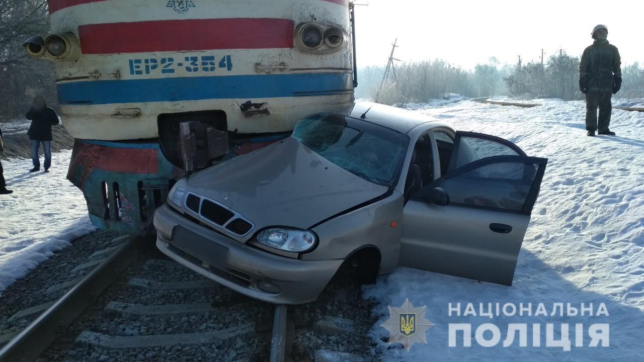 Под Харьковом электричка влетела в «легковушку». Водитель погиб на месте, - ФОТО , фото-1