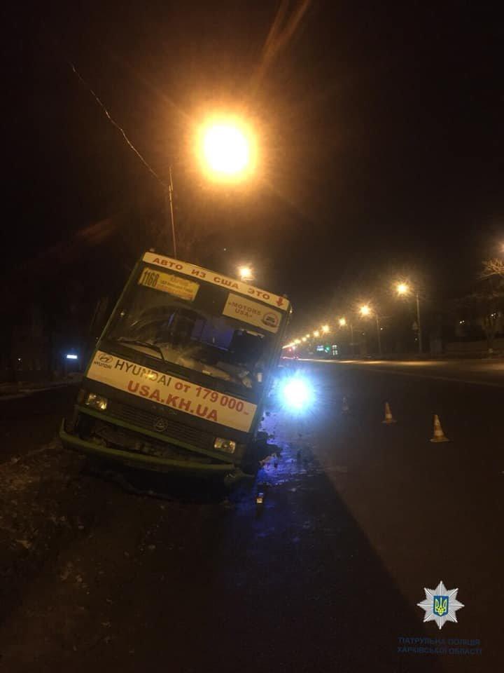 В Харькове водитель маршрутки врезался в сугроб. Есть пострадавший, - ФОТО, фото-1