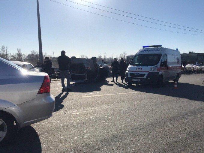 На Журавлевском мосту перевернулся автомобиль. Из-за аварии образовалась пробка, - ФОТО, фото-1