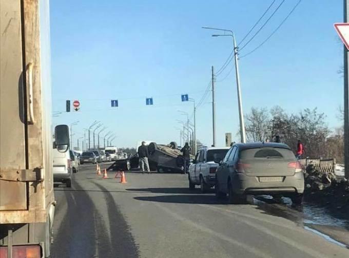 На Журавлевском мосту перевернулся автомобиль. Из-за аварии образовалась пробка, - ФОТО, фото-2