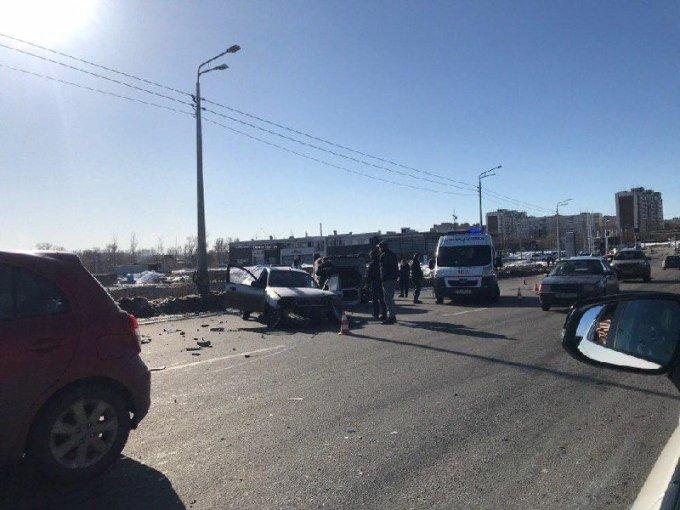 На Журавлевском мосту перевернулся автомобиль. Из-за аварии образовалась пробка, - ФОТО, фото-3
