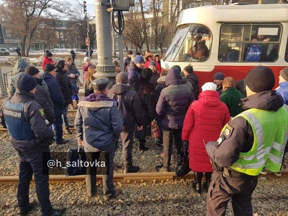 Цена за проезд не изменилась. В Харькове остановили трамвай из-за ссоры кондуктора с пассажирами, - ФОТО, фото-1