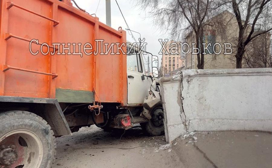 На Полтавском шляхе водитель грузовика едва не снес девушку и врезался в край моста, - ФОТО, фото-2