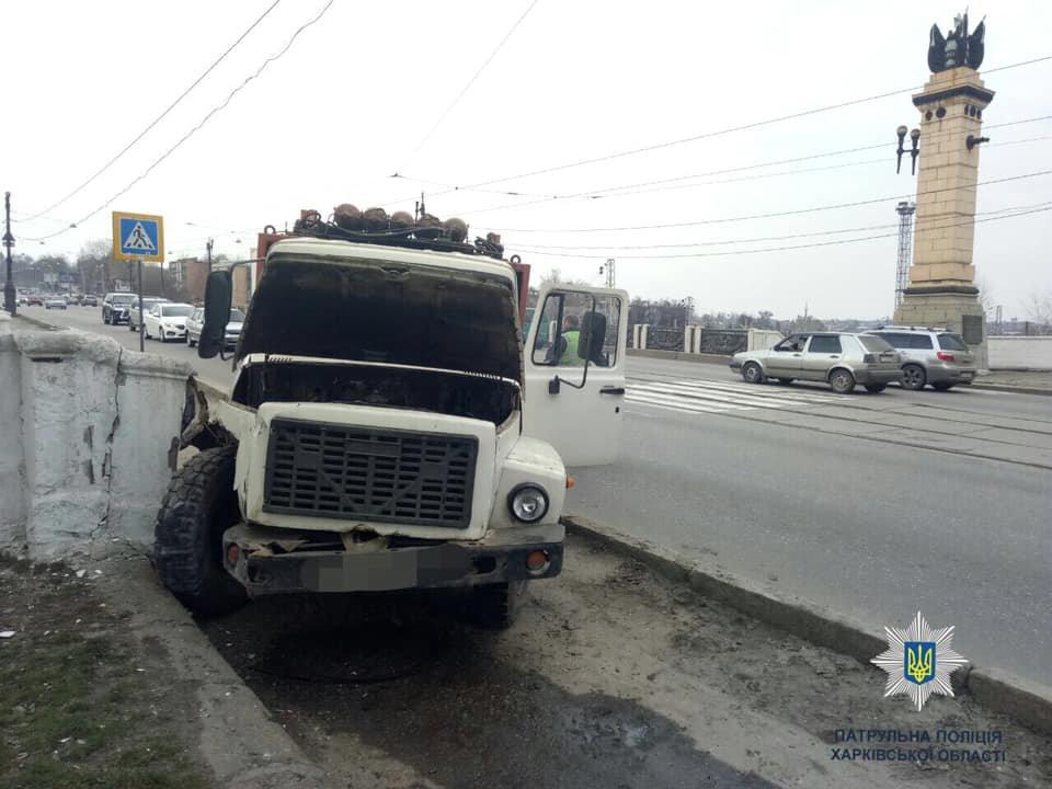 На Полтавском шляхе водитель грузовика едва не снес девушку и врезался в край моста, - ФОТО, фото-3