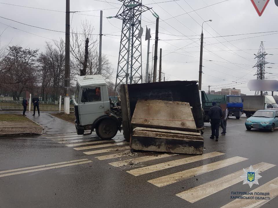 На Плехановской перевернулся самосвал с бетонными плитами, - ФОТО, фото-1