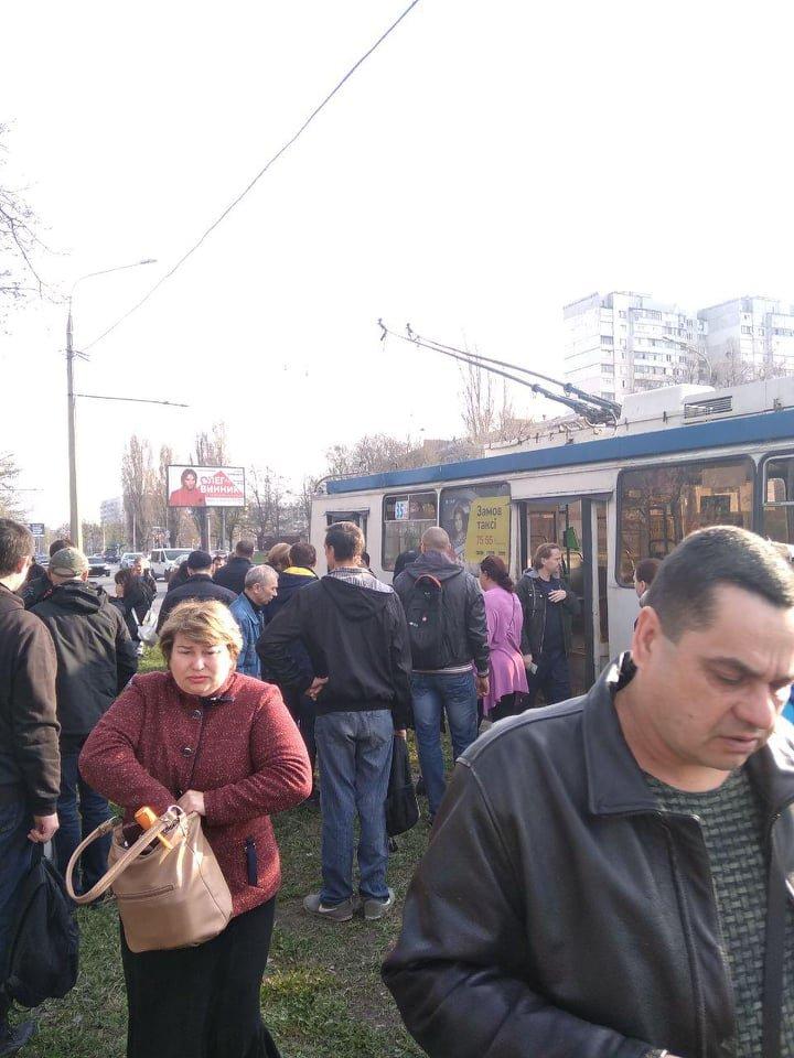Конфликт между пассажирами. В харьковском троллейбусе неизвестный распылил газ, - ФОТО, фото-1