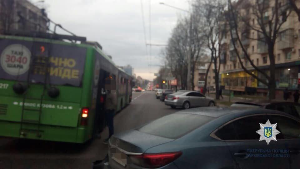 В Харькове троллейбус врезался в припаркованную машину, - ФОТО, фото-1