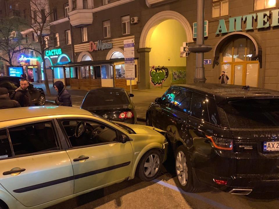 В Харькове пьяный водитель врезался в два припаркованных автомобиля, - ФОТО, фото-1