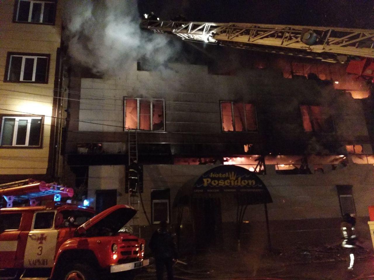 Ночью в центре Харькова горел банный комплекс. Спасатели боролись с пожаром 5 часов, - ФОТО, фото-1