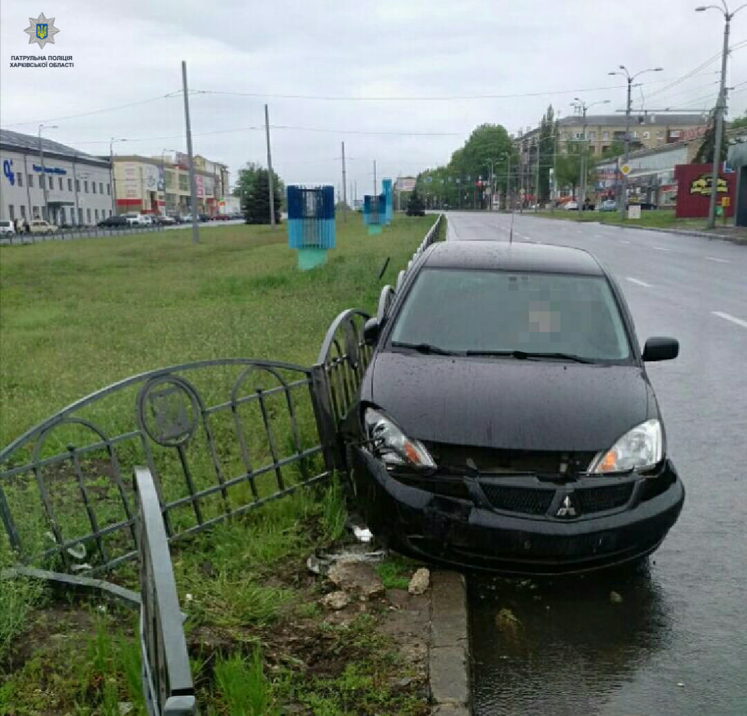 На Московском проспекте водитель снес дорожное ограждение, - ФОТО, фото-1