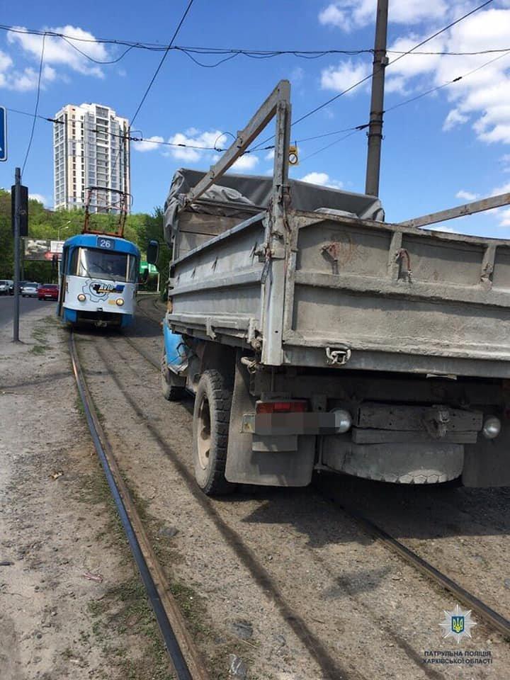 В Харькове столкнулись грузовик и две «легковушки»: есть пострадавший, - ФОТО, фото-2