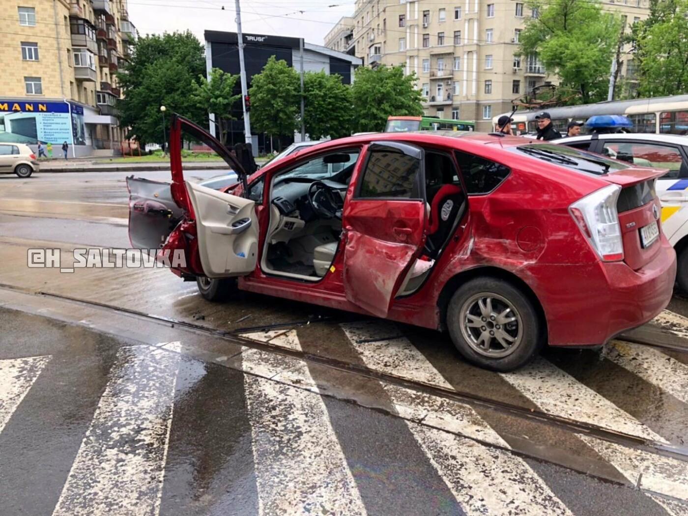 """В Харькове водитель """"Тoyota"""" протаранил трамвай. От удара вагон снесло с рельсов, - ФОТО, фото-2"""