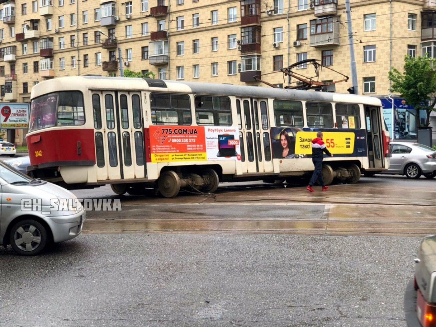 """В Харькове водитель """"Тoyota"""" протаранил трамвай. От удара вагон снесло с рельсов, - ФОТО, фото-3"""