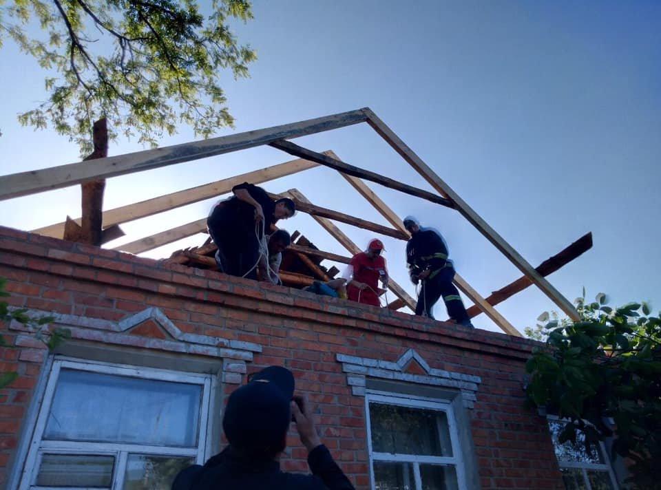 На Харьковщине спасатели сняли с крыши мужчину с инсультом, - ФОТО, фото-3