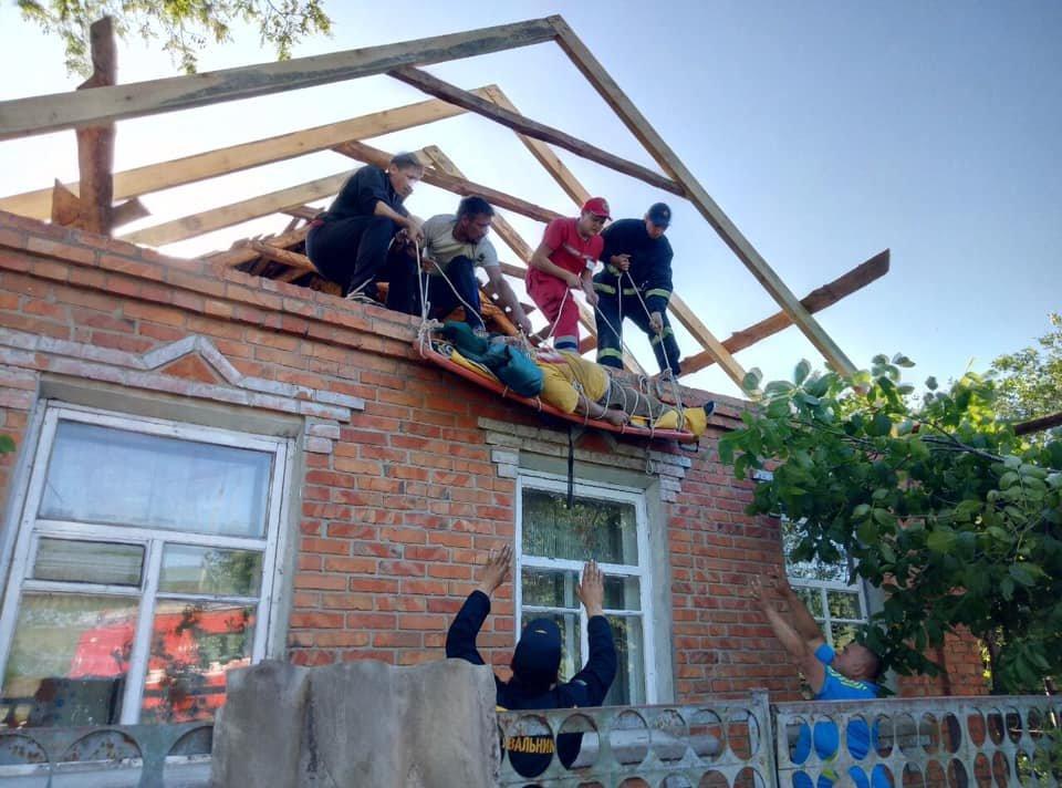 На Харьковщине спасатели сняли с крыши мужчину с инсультом, - ФОТО, фото-5