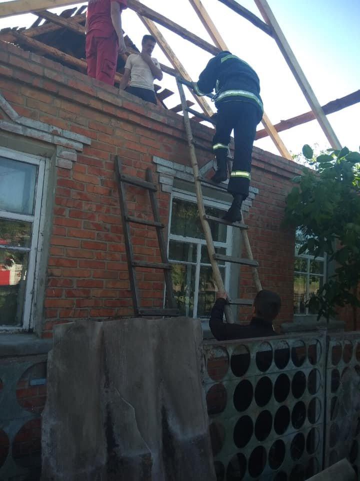 На Харьковщине спасатели сняли с крыши мужчину с инсультом, - ФОТО, фото-1