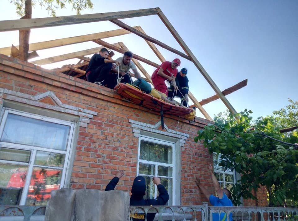 На Харьковщине спасатели сняли с крыши мужчину с инсультом, - ФОТО, фото-4