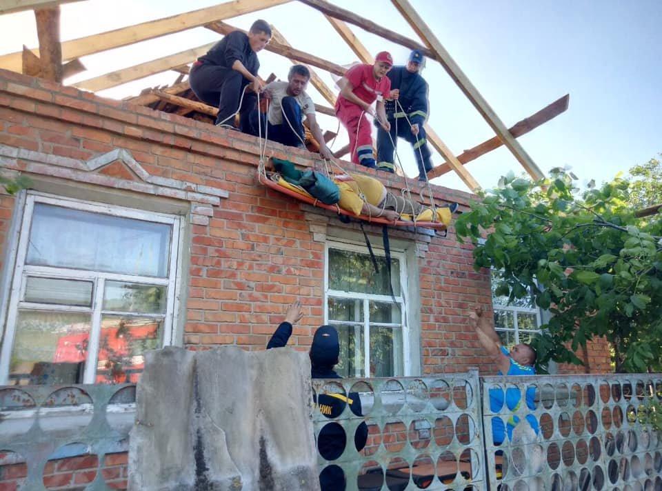 На Харьковщине спасатели сняли с крыши мужчину с инсультом, - ФОТО, фото-6