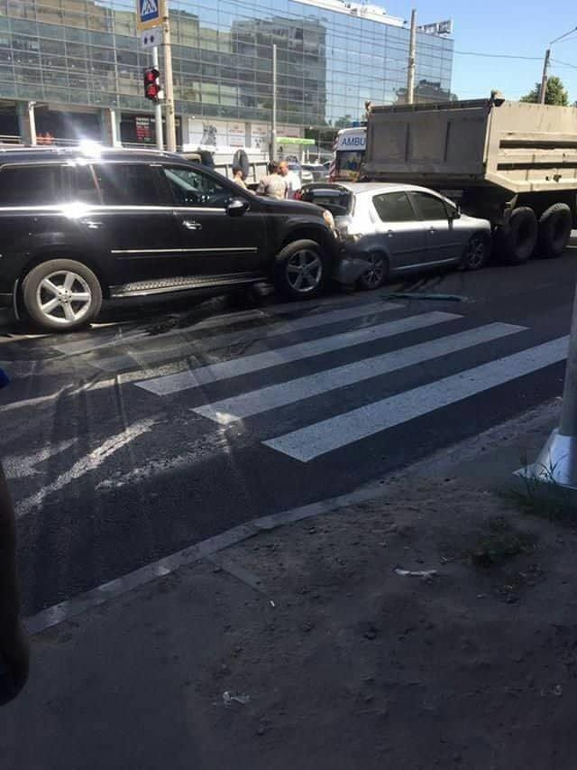 """На Холодной Горе столкнулись грузовик и три """"легковушки"""": есть погибший и пострадавший, - ФОТО, фото-2"""