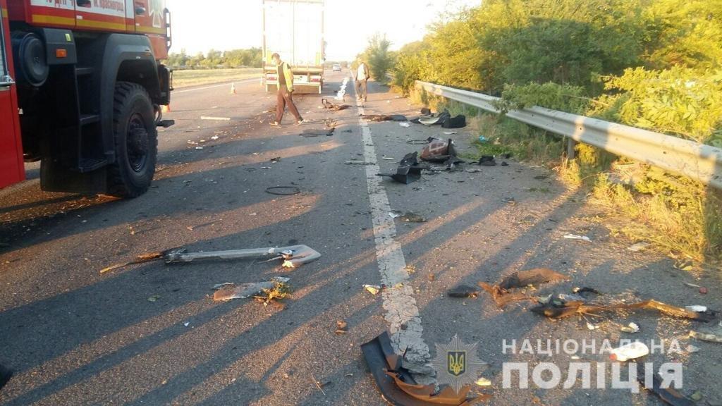 На Харьковщине столкнулись автобус с пассажирами и грузовик: есть погибший и пострадавшие, - ФОТО, фото-1