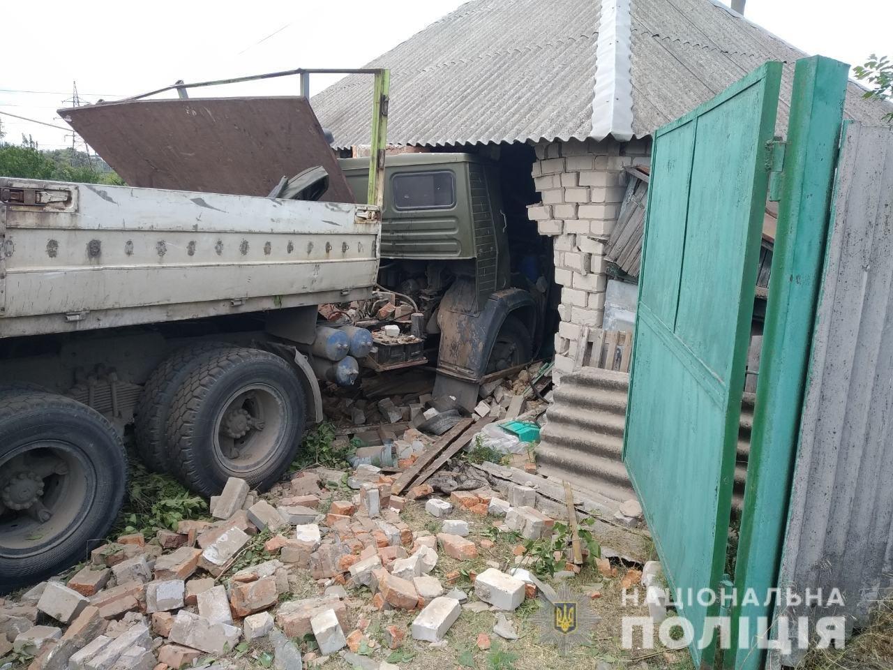 На Харьковщине грузовик пробил стену частного дома, - ФОТО, фото-1