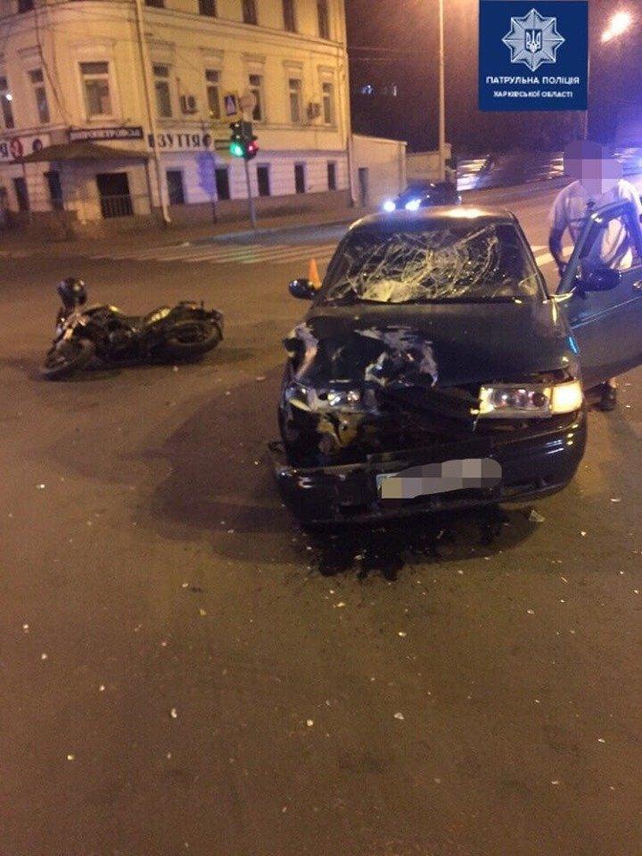 На Бурсацком спуске автомобиль снес мотоциклиста: пострадавшего госпитализировали, - ФОТО, фото-1