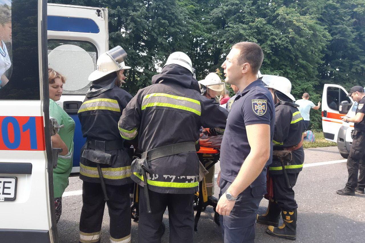Под Харьковом жуткая авария с перевернутой машиной в кювете: один человек погиб и несколько пострадали, - ФОТО, фото-2
