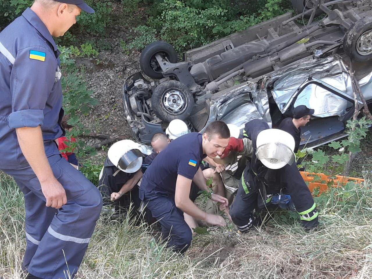 Под Харьковом жуткая авария с перевернутой машиной в кювете: один человек погиб и несколько пострадали, - ФОТО, фото-1