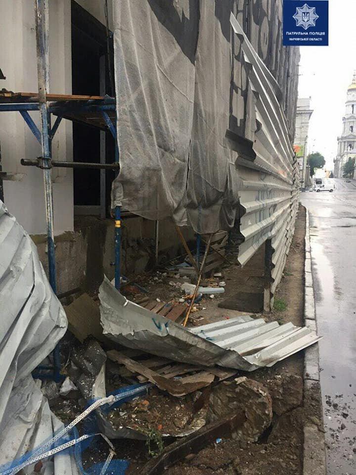 В центре Харькова девушка на внедорожнике влетела в строительный забор, - ФОТО, фото-2