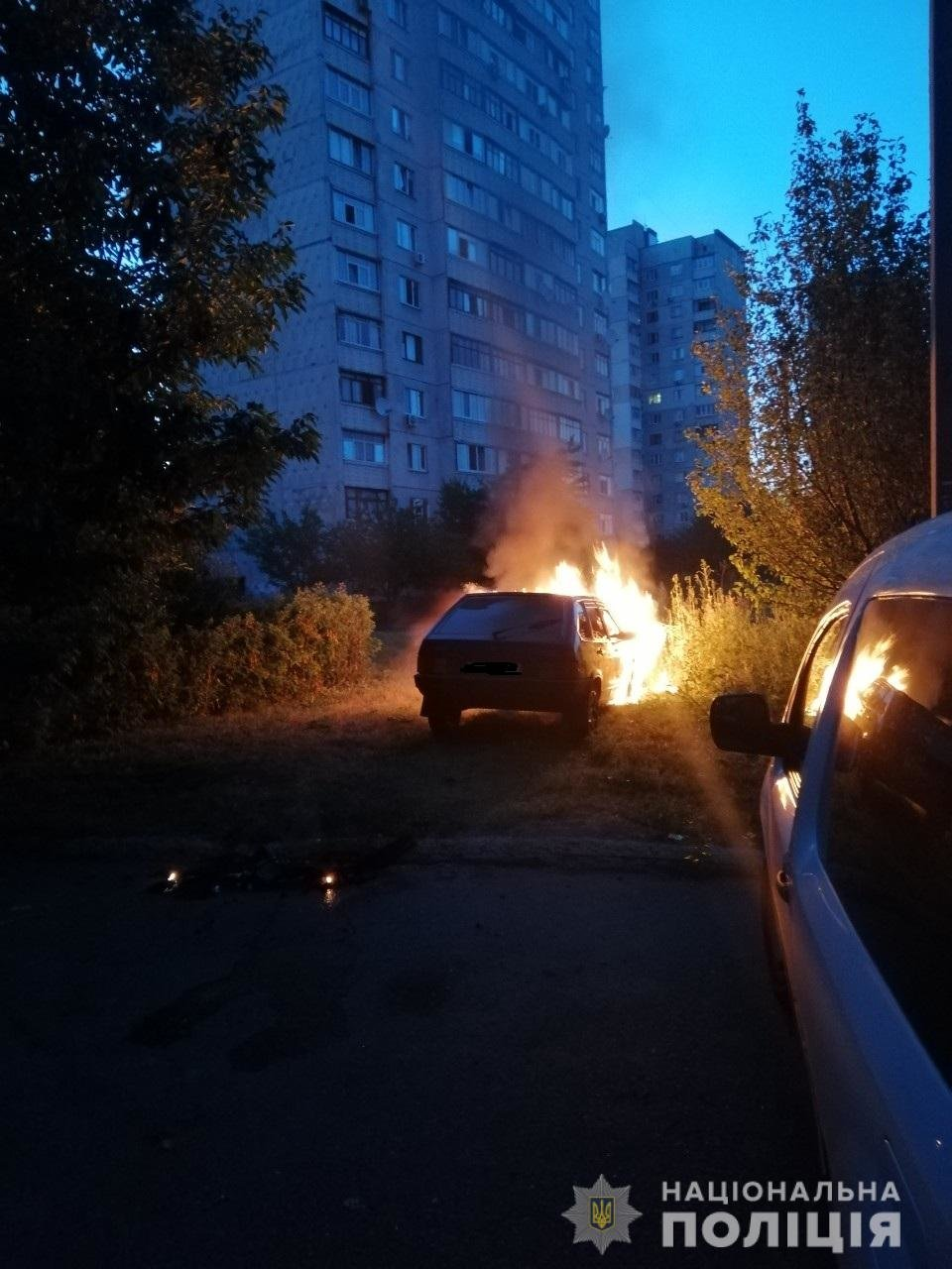 На Харьковщине горели две «легковушки» и микроавтобус, который подожгли неизвестные, - ФОТО, фото-1