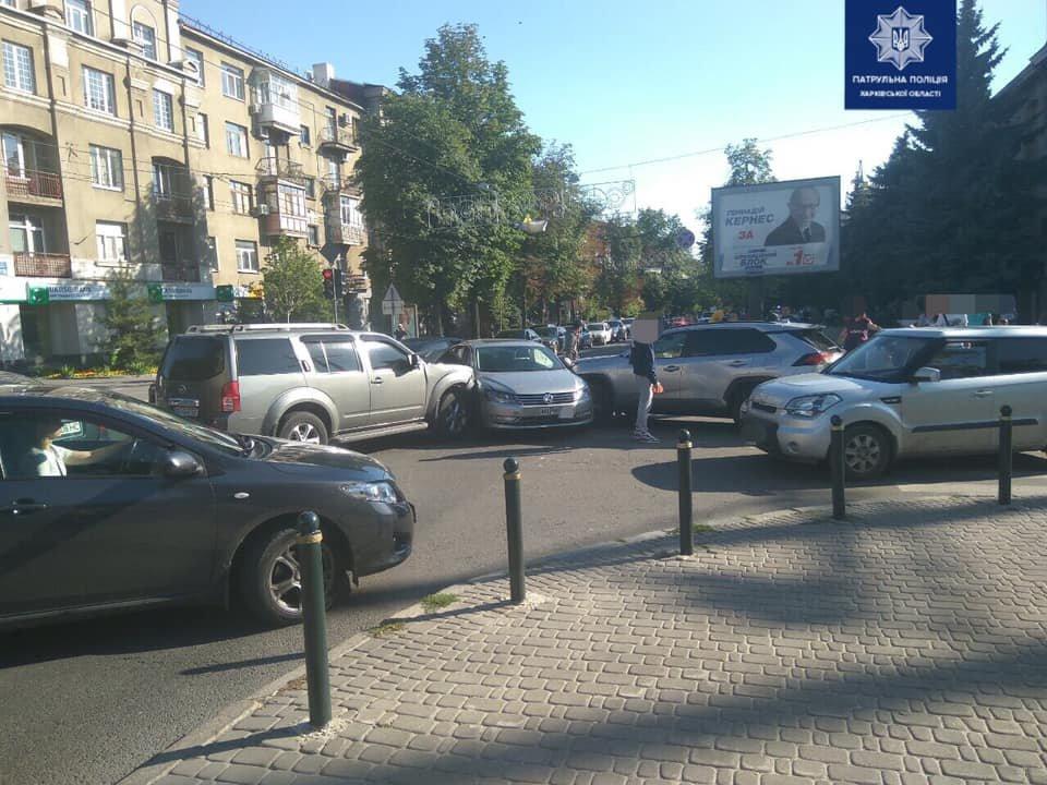 На перекрестке Сумской и Веснина столкнулись три автомобиля, - ФОТО, фото-1