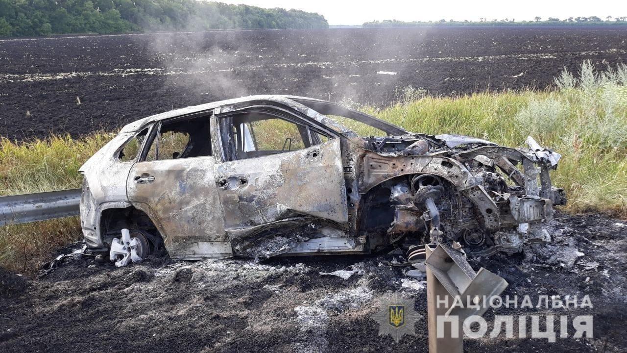 На трассе в Харьковской области автомобиль влетел в отбойник и загорелся, - ФОТО