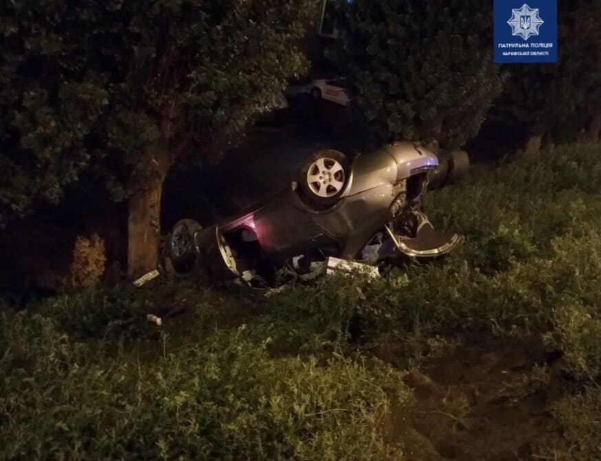 В Харькове автомобиль врезался в бордюр и перевернулся, - ФОТО, фото-1