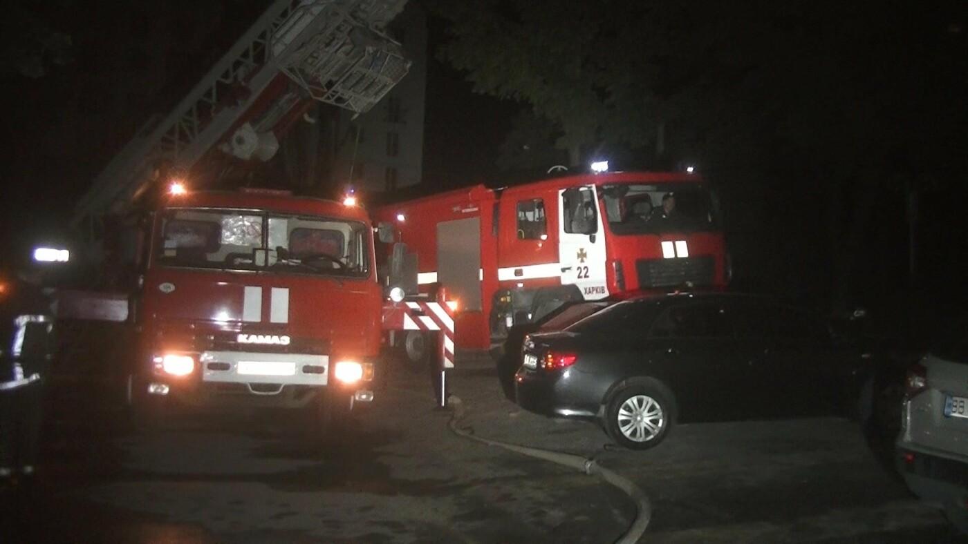 В Харькове загорелся спортклуб: огонь повредил припаркованную рядом машину, - ФОТО, ВИДЕО, фото-1