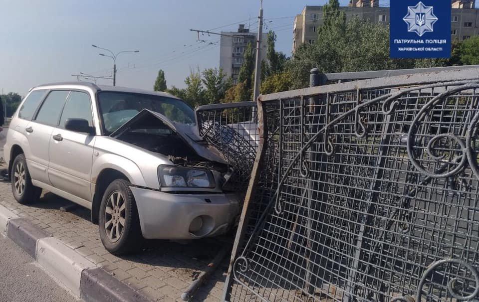 В Харькове внедорожник «влетел» в бордюр и снес забор, - ФОТО, фото-1