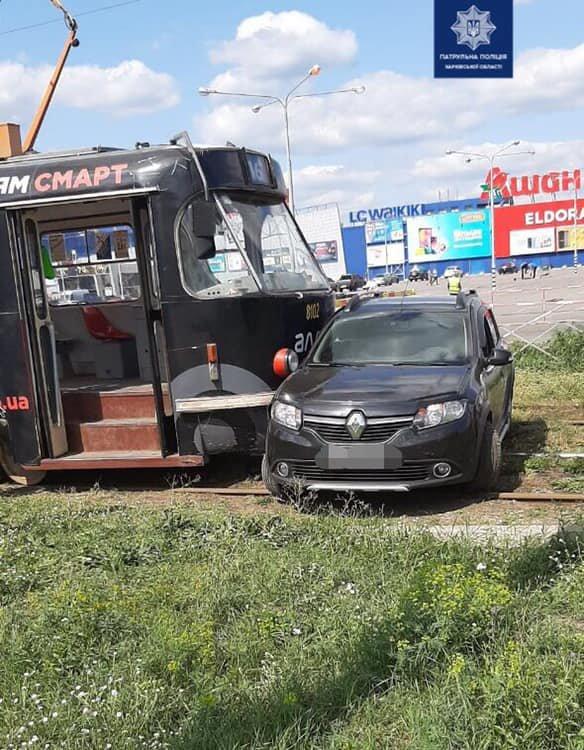 """Возле """"Каравана"""" трамвай врезался в «Renault», - ФОТО, фото-1"""