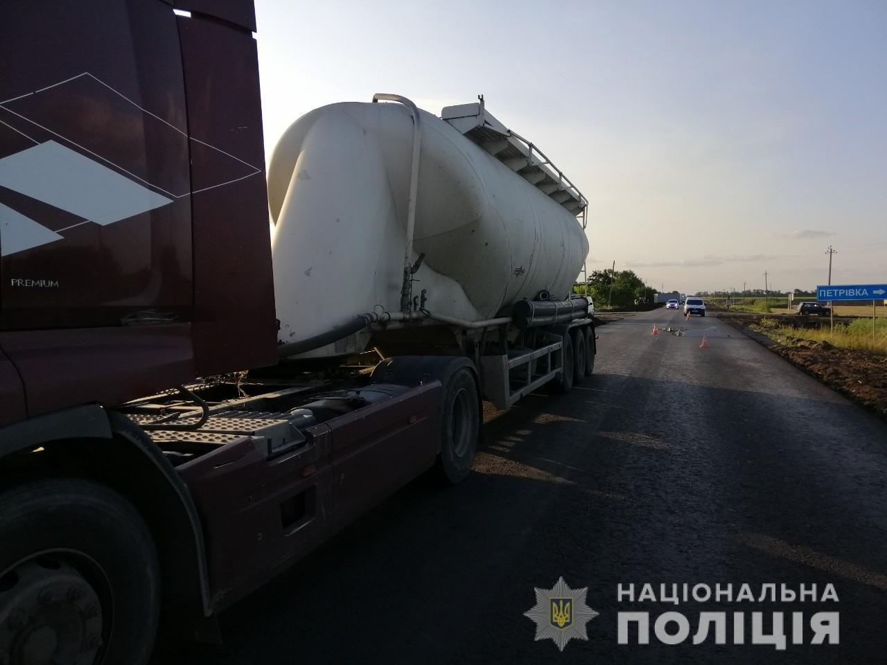 Под Харьковом грузовик с прицепом сбил насмерть пьяного велосипедиста, - ФОТО, фото-2