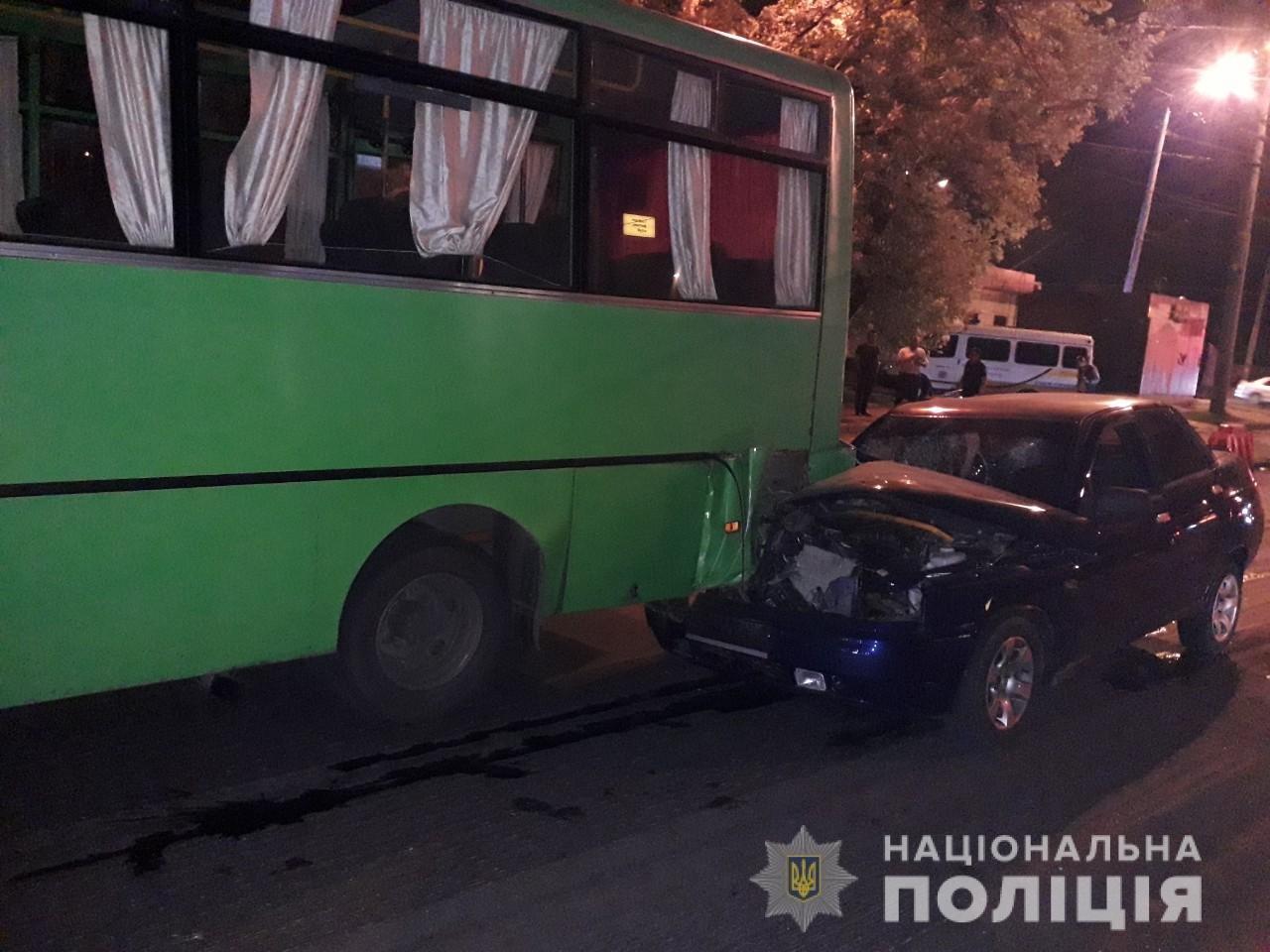 В Харькове «легковушка» на полной скорости «влетела» в автобус: пять человек пострадали, - ФОТО, ВИДЕО, фото-1