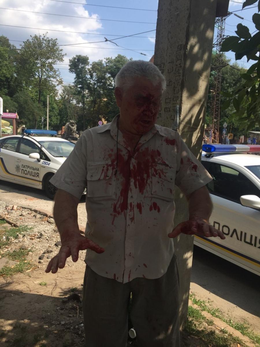В Харькове офицер полиции избил пенсионера в трамвае, - ФОТО, фото-1
