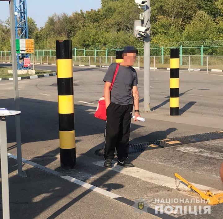 Харьковские полицейские депортировали рецидивиста обратно в Россию,  - ФОТО, фото-1