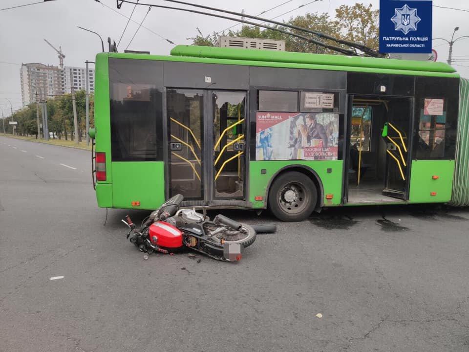 В Харькове столкнулись троллейбус и мотоцикл: один человек в больнице, - ФОТО, фото-1