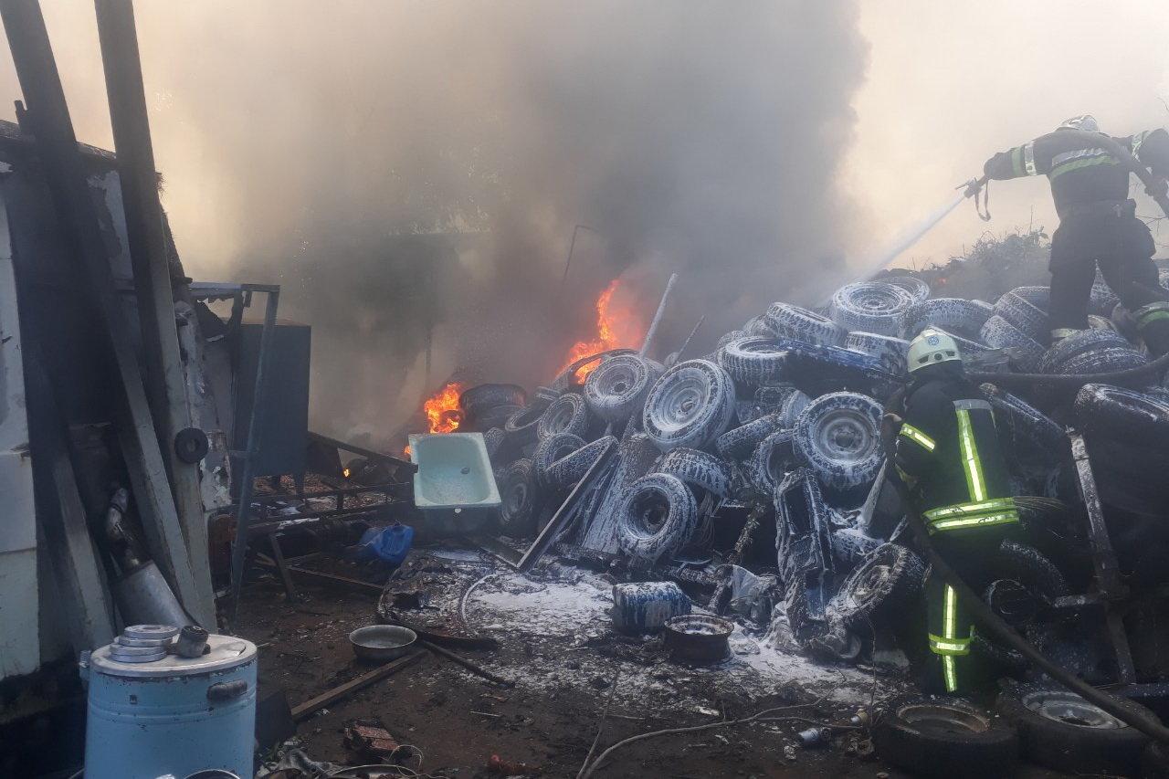 В Харькове горели склады со старыми шинами: пожар уничтожил несколько автомобилей, - ФОТО, фото-1