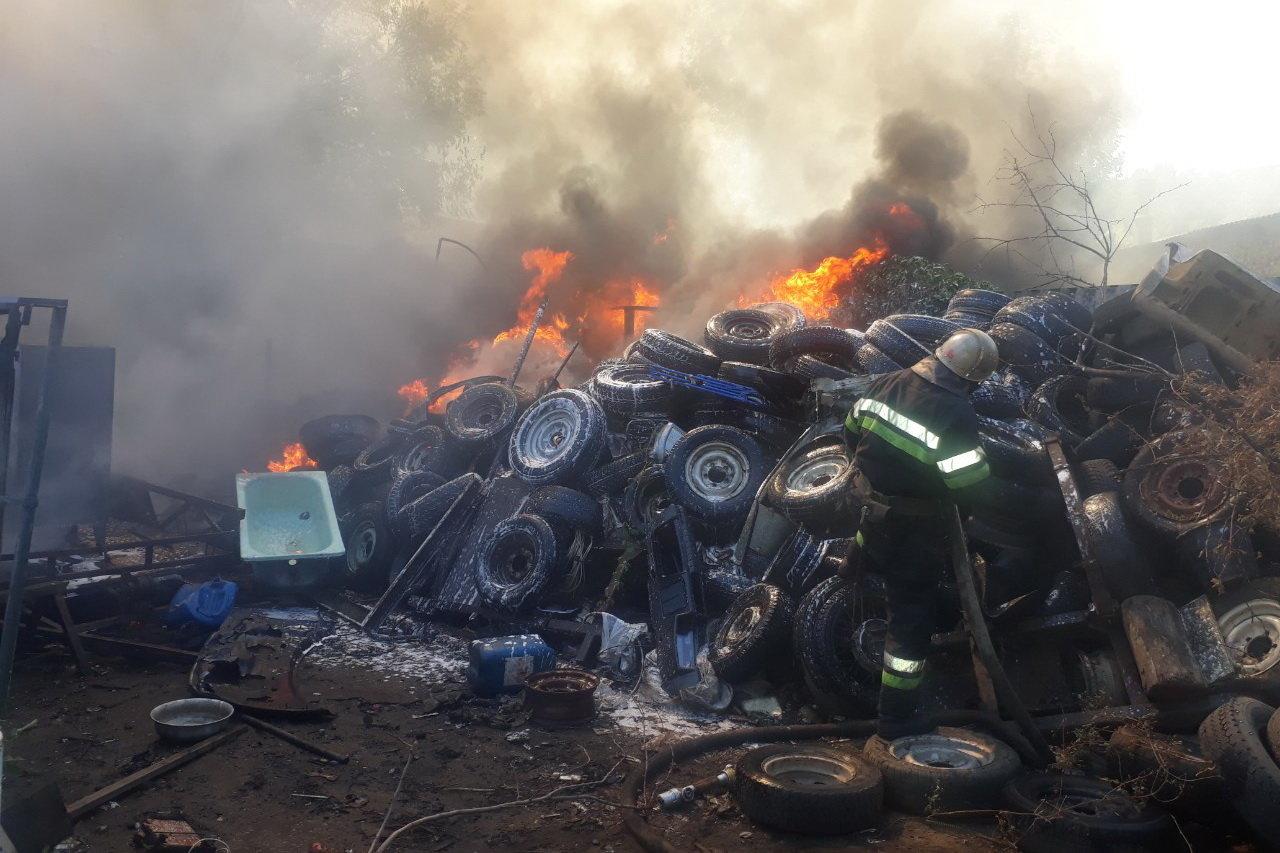 В Харькове горели склады со старыми шинами: пожар уничтожил несколько автомобилей, - ФОТО, фото-2