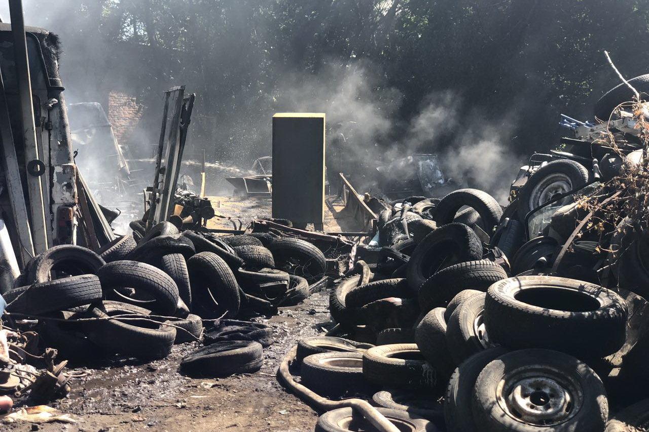 В Харькове горели склады со старыми шинами: пожар уничтожил несколько автомобилей, - ФОТО, фото-3