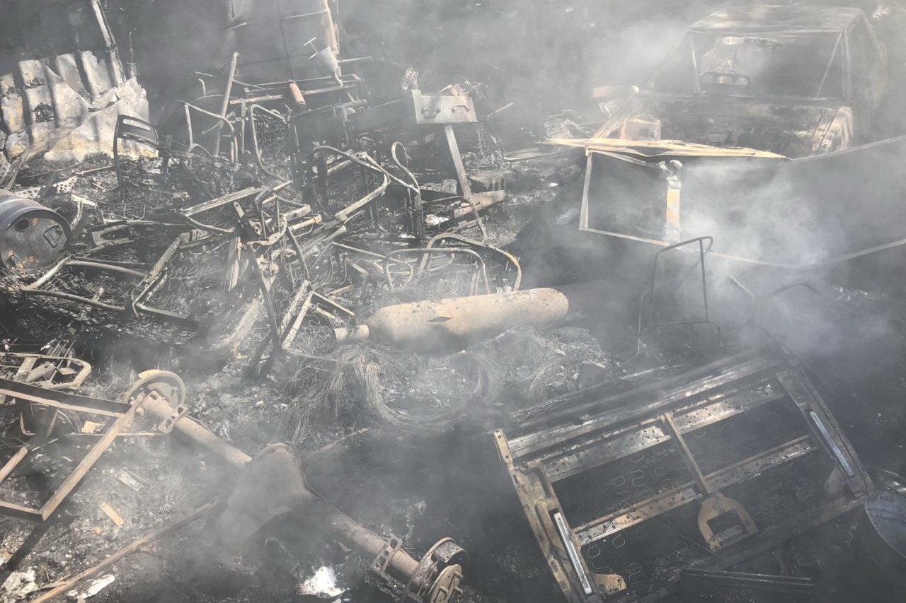 В Харькове горели склады со старыми шинами: пожар уничтожил несколько автомобилей, - ФОТО, фото-4