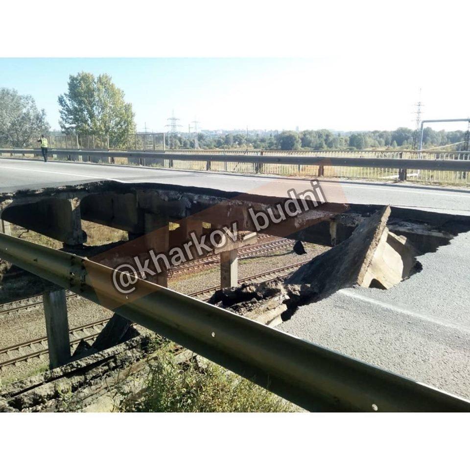 Под Харьковом обрушилась часть автомобильного моста, - ВИДЕО, фото-1