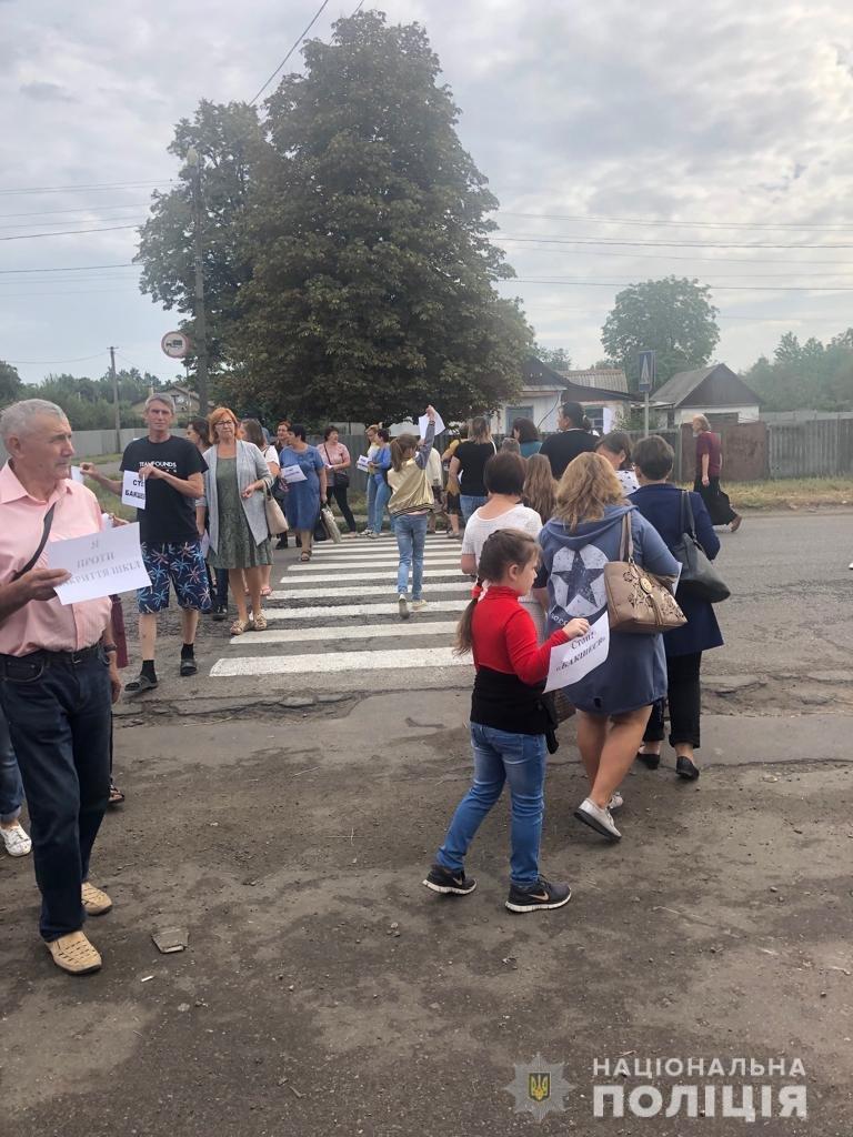 Протестовали против закрытия школ: под Харьковом учителя перекрыли движение транспорта, - ФОТО, фото-2